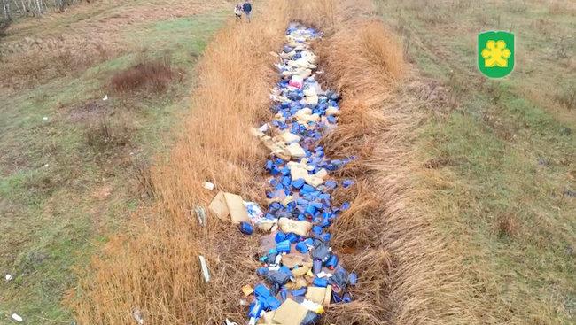 Тысячи канистр с неизвестным веществом в устье реки Кизка