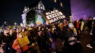 Полицейские застрелили 16-летнюю чернокожую девушку в день вынесения обвинения убийце Джорджа Флойда