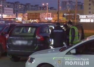 30-летний киевлянин залез в машину с женщинами и, угрожая пистолетом, вымогал деньги
