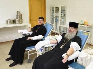 В Запорожье митрополит и священники УПЦ стали донорами крови