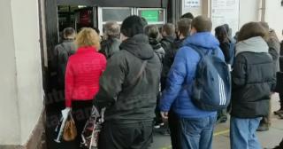 В столичном метро очередь из пассажиров вела аж на улицу