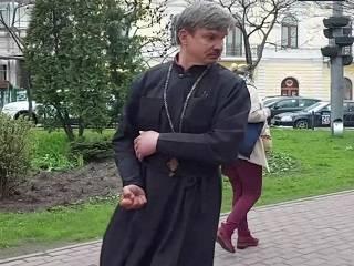 «Ударил девушку и мог присвоить рясу». Подробности о скандальном «священнике» в Киеве