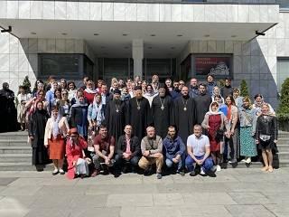 В Сербии паломники УПЦ передали епископу Стефану икону всех преподобных Печерских