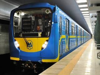 В Киеве на «красной линии» метро человек упал под поезд