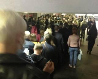Из-за карантинных мер в метро на Позняках образовалась огромная очередь