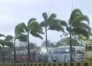 Появилось видео разрушительного урагана в Индии, который унес десятки жизней
