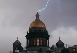 Появилось видео, как молния поразила Исаакиевский собор