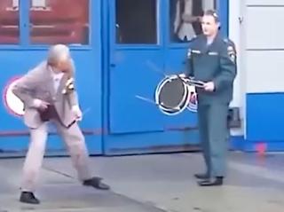 Опубликовано видео, как мужчина с ножом напал на пожарную часть в Севастополе