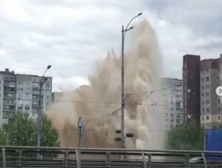 У библиотеки Вернадского в Киеве из-под земли в небо устремился столб кипятка, разбиты машины