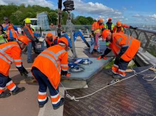 На многострадальном «мосту Кличко» снова меняют стекла