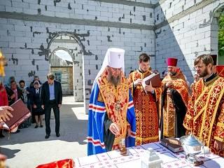 На Киевщине управделами УПЦ заложил памятную капсулу в строящийся храм