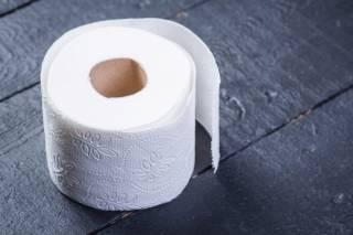 В Запорожье ребенку запретили пользоваться туалетной бумагой из-за того, что его мама не сдала деньги