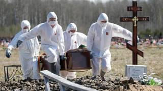 Умерших от коронавируса разрешили хоронить в открытых гробах, лишь бы побыстрее