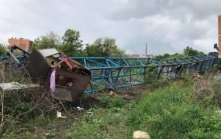 В Черновцах на стройплощадке упал башенный кран. Есть пострадавший