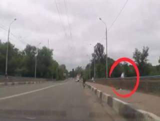 Патрульные полицейские в Сумах час уговаривали мужчину не прыгать с моста