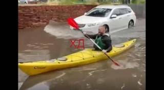Часть Украины ушла под воду. Кое-где люди катаются на улицах на байдарках