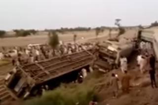 Опубликовано видео с места столкновения двух поездов в Пакистане