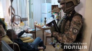 В Киеве в квартиру на девятом этаже через окно проник пенсионер и взял заложницу