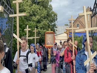 На Кировоградщине верующие УПЦ прошли 40 км крестным ходом с молитвой за мир в Украине