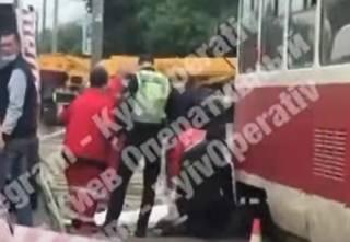 Появилось видео, как в Киеве девушка попала под трамвай