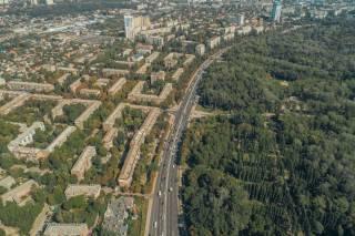 В Киеве на Подоле мужчина отошел в кусты и обнаружил обнаженный труп