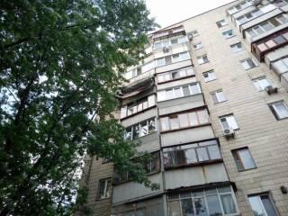 Клубника обрушила балкон многоэтажки в Киеве