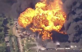 В США произошел масштабный пожар на химзаводе. Проводится эвакуация местных жителей