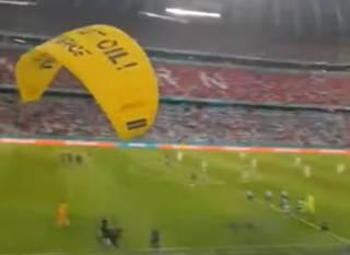 Во время ключевого матча Евро-2020 произошел «экологический» курьез