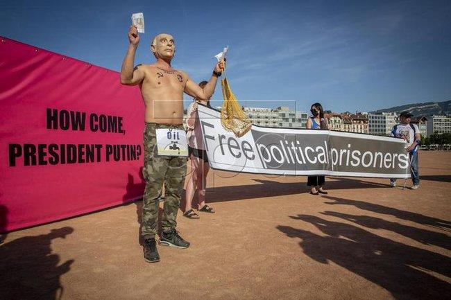 Акция протеста против Владимира Путина в Женеве
