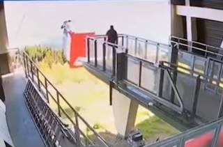 Появилось видео падения фуникулера в Италии, жертвами которого стали четырнадцать человек