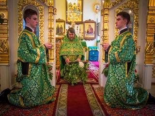 В УПЦ рассказали, почему на Троицу в храмах читают коленопреклоненные молитвы
