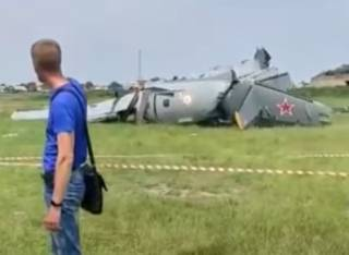 Появилось видео с места крушения самолета с парашютистами в России