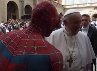 Появилось видео, как Папа Римский встретился с… Человеком-пауком