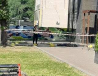 Мужчина среди бела дня выпрыгнул из окна в самом сердце Киева