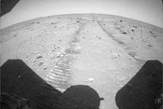 Китайский аппарат проехал по Марсу более 200 метров и сфотографировал местность