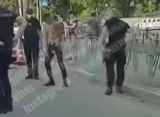 В Киеве полуголый мужчина бросался с ножом на людей