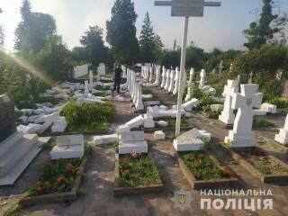 Стрыйский вандал устроил погром на кладбище