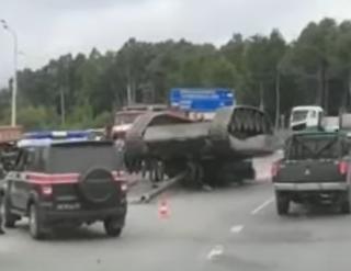 Появилось видео, как в России уронили танк
