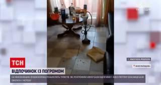 Суровые николаевские туристы разгромили отельный номер в Коблево, протаранили машиной ворота и скрылись