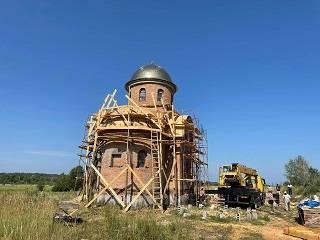На Киевщине в возрождающемся Межигорском монастыре УПЦ установили купол