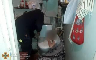 В Днепре женщина застряла в ванной на несколько дней