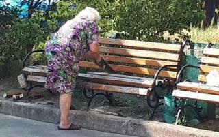 В Киеве старушка распилила лавочку под подъездом, борясь с шумными компаниями