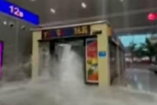 Появилось видео смертельного наводнения в китайском метро
