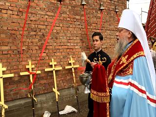 На Буковине освятили купола и кресты для храма, который УПЦ строит вместо захваченного ПЦУ