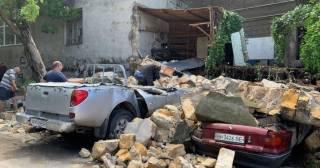В Одессе рухнувшая стена здания придавила четыре машины