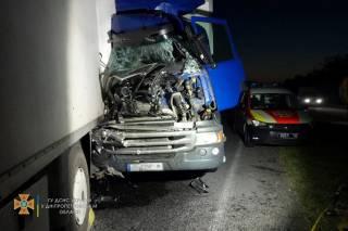 Кровавое ДТП в Днепропетровской области: столкнулись два грузовика и легковушка