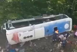 Опубликовано видео с места крушения туристического автобуса в России