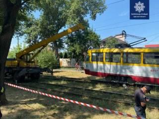В Одессе трамвай отрезал ногу коммунальщику, косившему траву
