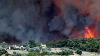 Вблизи популярного турецкого курорта второй день не утихает лесной пожар
