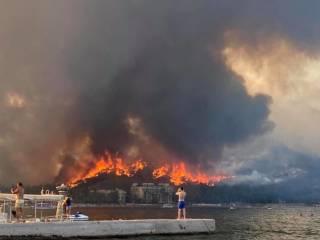 На западе Турции огонь вплотную подобрался к отелям, туристы вынуждены выезжать по морю